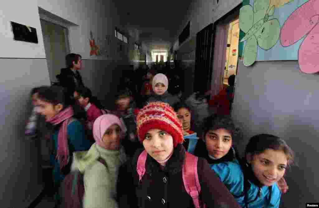 Anak-anak di Pusat Pendidikan Oumar Al-Ard Al-Taalimi di Aleppo (17/3). Sekolah untuk anak-anak tersebut didirikan dan diawasi oleh sekelompok aktivis muda. (Reuters/Giath Taha)
