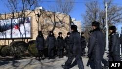 中国多名警察在加拿大驻北京大使馆前面巡逻。(2018年12月13日)