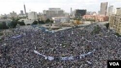 Ribuan warga Mesir kembali memenuhi Lapangan Tahrir di Kairo Jumat (8/4), menuntut pengadilan atas mantan Presiden Mubarak.