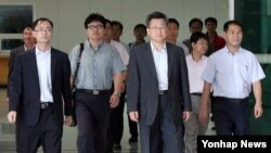 Các giới chức Nam Triều Tiên trở về sau khi kiểm tra khu công nghiệp Kaesong.