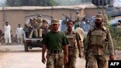 Binh sĩ Pakistan đến ngôi đền bị tấn công tự sát ở Darra Adam Khel