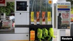 یک پمپ بنزین در بریتانیا - آرشیو