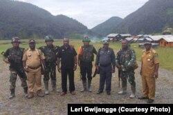 Leri Gwijangge dan rombongan DPRD Nduga bertemu aparat TNI di Mapenduma, Kabupaten Nduga, Provinsi Papua, Desember 2018. (Courtesy Photo:Leri Gwijangge)
