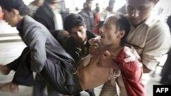 Một người biểu tình bị thương đang được đưa ra khỏi nơi xảy ra xô xát