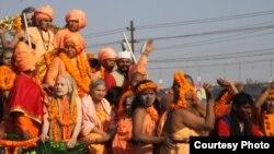 ຄູບາຍິງຊາວຮິນດູ ພາກັນຫລັ່ງໄຫລໄປເມືອງ Allahabad ເພື່ອລົງອາບໃນແມ່ນໍ້າຄົງຄາ ໃນວັນປິດງານບຸນທາງສາສະໜາທີ່ຍິ່ງໃຫຍ່ ທີ່ດໍາເນີນໄປເປັນເວລາ 55 ວັນ ໃນທຸກໆ 12 ປີ