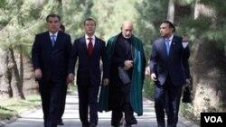 Presiden Rusia Dmitry Medvedev (kedua dari kiri), bersama para pemimpin Tajikistan, Afghanistan, dan Pakistan di ibukota Tajikistan, Dushanbe (2/9).