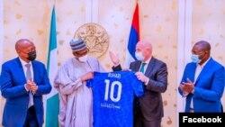 Buhari da Infantino rike da jesi mai lambar 10 da sunan Buhari (Facebook/Femi Adesina)