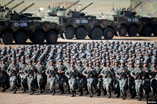 中国解放军军人在内蒙古朱日和训练基地准备参加阅兵,庆祝解放军建军90周年。(2017年7月30日)