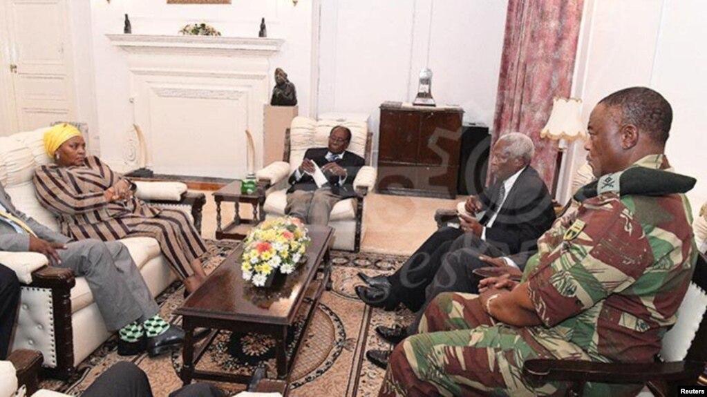 Le président Robert Mugabe (C) lors d'une réunion avec le général Constantino Chiwenga, la ministre sud-africaine de la Défense Nosiviwe Mapisa-Nqakula, le ministre zimbabwéen de la Défense, Sydney Sekeramayi et le ministre zimbabwéen de la Sécurité Cde Kembo Mohadi Maison à Harare, Zimbabwe, le 16 novembre 2017.