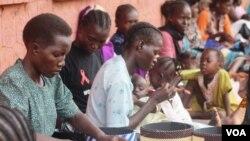 Wanawake wa Sudan kusini wakijifunza kutengeneza kazi za mikono mjini Juba.