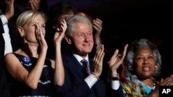 Imaj sa a montre, antwòt. ansyen prezidan Bill Clinton (nan mitan) kap patisipe nan konvansyon demokrat la nan Filadelfi, Eta Pennsilvani.