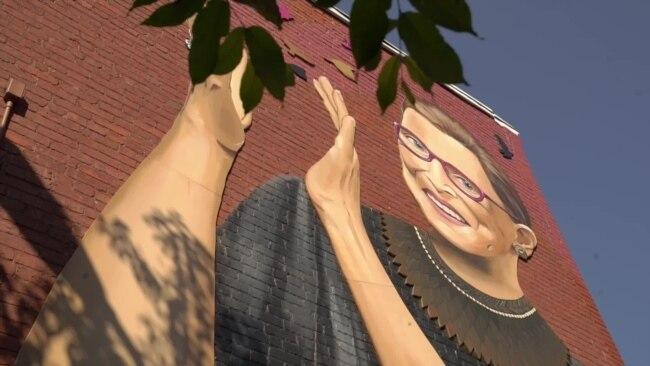Гигантский портрет Рут Гинзбург как символа борьбы за права женщин