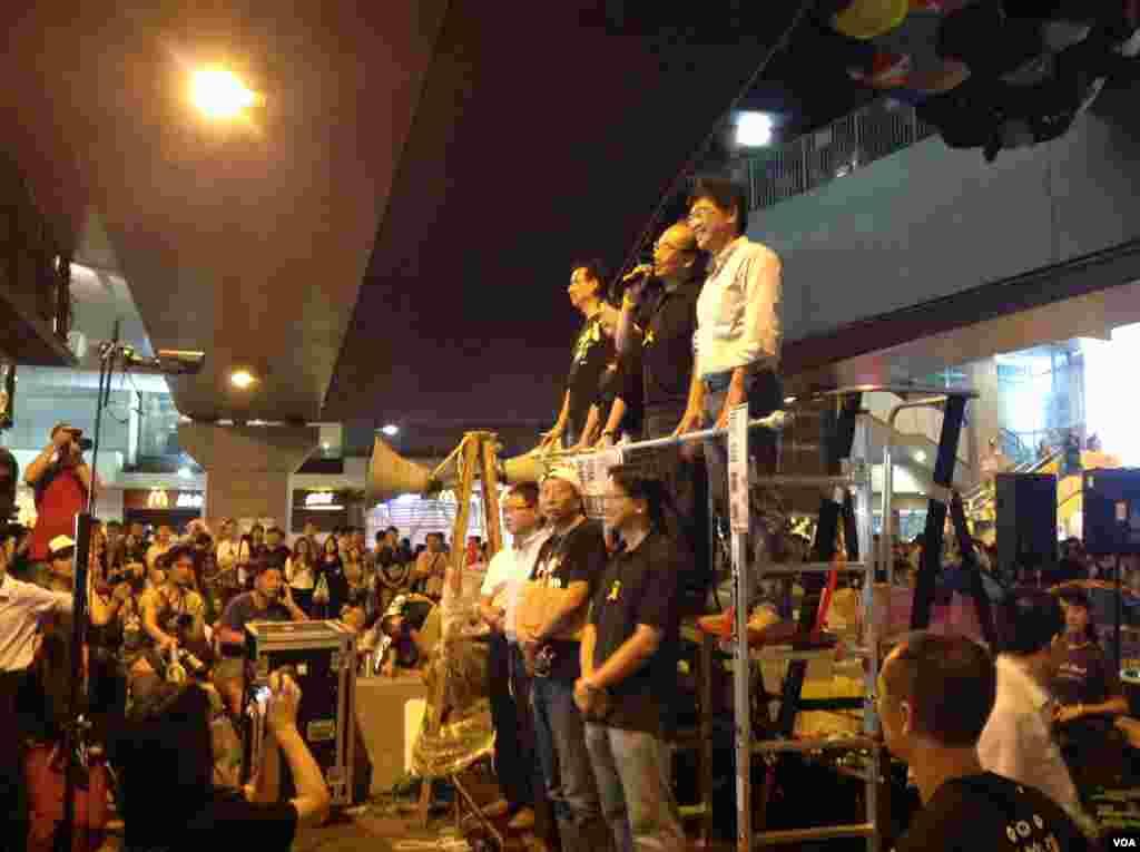 数以千计的学生和市民在金钟雨伞广场声援学联代表 (美国之音图片/海燕拍摄)