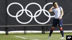 Pemain Sepakbola Putri Inggris, Claire Rafferty, sedang melakukan pemanasan saat berlatih di Cardiff, Wales (22/7). Serangkaian pertandingan sepakbola putri akan mengawali kompetisi pesta olahraga akbar sedunia, Rabu (25/7).