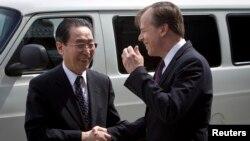 미국의 6자회담 수석대표인 글린 데이비스 대북정책 특별대표(오른쪽)가 14일 뉴욕 유엔주재 미국대표부를 방문한 우다웨이 중국 외교부 한반도사무 특별대표와 악수하고 있다.