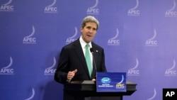 Menlu AS John Kerry saat memberikan keterangan dalam konferensi pers dalam KTT APEC di Bali (5/10).