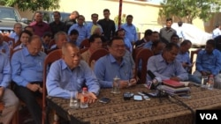 Nhiek Bun Chhay, middle, vice president of Funcinpec party, talks about his departure from the Funcinpec party and to create the Khmer National United Party in Phnom Penh, Cambodia, February 3, 2016. (Hul Reaksmey/VOA Khmer)