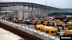 Pembangunan jalan kereta api di sebuah distrik di kota Lagos, Nigeria (foto: dok). Nigeria mengatakan ekonominya telah mencapai 490 milyar dolar, yang terbesar di Afrika.