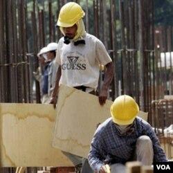 Pekerja bangunan di Kuala Lumpur, Malaysia. Sejumlah TKI terancam hukuman mati di luar negeri dan belum mendapat bantuan hukum yang layak dari pemerintah.