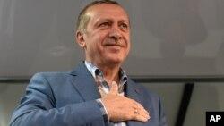 Presiden Turki Recep Tayyip Erdogan memberikan pidato di Istanbul, Sabtu (16/7) pasca kudeta yang gagal.