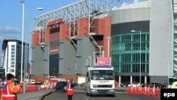 Kendaraan pasukan penjinak bom meninggalkan stadion Old Trafford setelah meledakkan bom dalam sebuah paket tak dikenal, sebelum pertandingan Manchester United lawan Bournemouth (15/5) di Manchester, Inggris. (EPA/Peter Powell)