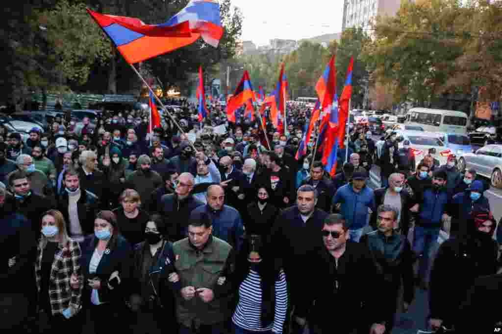 با اینکه دولتهای آذربایجان و ارمنستان به دنبال آتشبس هستند اما مردم در ارمنستان چندان راضی نیستند. این تجمع روز پنجشنبه آنها در ایرواین است. دو کشور بر سر منطقه قرهباغ کوهستانی اختلاف دارند.