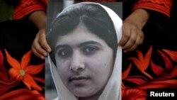 Hình nữ sinh 14 tuổi người Pakistan Malala Yousufzai trong một cuộc biểu tình ở Lahore