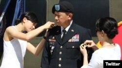 Vợ và con gái cài quân hàm thiếu tướng cho ông Lập Thể Flora, ngày 02/05/202, Richmond, Virginia. Photo Twitter Va National Guard