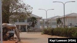 Entrée du Centre hospitalier régional de Lomé-Commun, réquisitionné pour le traitement des personnes atteintes de Covid-19, Lomé, 31 mars 2020. (VOA/Kayi Lawson)