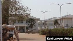 Devanture du CHR (Centre hospitalier régional) Lomé-Commun, réquisitionné pour le traitement des personnes atteintes de Covid-19, Lomé, 31 mars 2020. (VOA/Kayi Lawson)