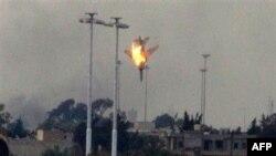 İsyancı güçlere katılan ancak Kaddafi'ye bağlı kuvvetler tarafından Bingazi yakınlarında düşürülen Libya savaş uçağı
