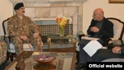 Pokiston armiyasi rahbari general Rahil Sharif (chapda) Afg'oniston Prezidenti Ashraf G'ani bilan, Kobul, 27-dekabr, 2015-yil.