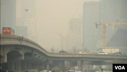 北京市的天空在明朗幾天後星期一再次被濃重的霧霾籠罩。(視頻截圖)