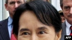 Bà Suu Kyi bị giam giữ dưới nhiều hình thức khoảng 14 năm cho tới khi diễn cuộc bầu cử tháng 11 năm ngoái