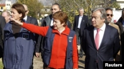 Người đứng đầu Cao ủy Tị nạn Liên Hiệp Quốc Antonio Guterres (phải) và Ủy viên Liên hiệp châu Âu Kristalina Georgieva (giữa) trong chuyến thăm đến Saadnayel, thung lũng Bekaa, 15/12/2012