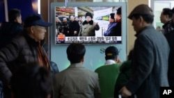 김정은 북한 국방위원회 제1위원장이 핵무기 연구 부문 과학자, 기술자들을 만나 핵무기 병기화 사업을 지도하는 모습을 9일 조선중앙통신이 보도했다. 9일 서울역에서 한국 시민들이 이에 관한 TV 뉴스 보도를 시청하고 있다.