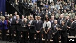 La audiencia aplaude al presidente Obama tras el discurso donde honró a las víctimas del ataque en Arizona.
