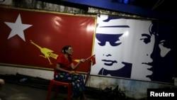 ຜູ້ສະໜັບສະໜູນ ພັກສັນນິບາດແຫ່ງຊາດ ເພື່ອປະຊາທິປະໄຕ ທີ່ນຳພາໂດຍ ທ່ານນາງ Aung San Suu Kyi.