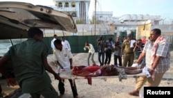 ພະນັກງານກູ້ໄພກໍາລັງຫາມສົບຂອງຜູ້ເສຍຊີວິດຄົນນຶ່ງ ຂອງເຫດ ການລະເບີດ ທີ່ເມືອງຫຼວງ Mogadishu ຂອງໂຊມາເລຍນັ້ນ.