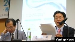 26일 서울대학교 호암교수회관에서 열린 '2012 통일의식조사 발표'에서 서울대 통일평화연구원 김병로 교수.