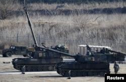 美军士兵在韩国举行的一次军演中站在M109A6(Paladin)帕拉丁型自走炮旁。(2016年3月10日)