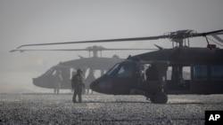 Американские вертолеты Blackhawk на базе США в восточной Сирии. Архивное фото.