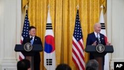 Presiden AS Joe Biden dan Presiden Korea Selatan dalam konferensi pers bersama di Gedung Putih, Washington, Jumat, 21 Mei 2021. (Foto: AP Photo/Alex Brandon)