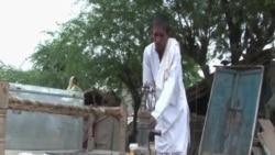 Dân làng Ấn Ðộ hứng nước mưa để sinh hoạt