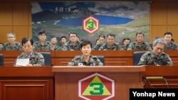 박근혜 한국 대통령(가운데)이 21일 경기도 용인시 제3 야전군 사령부를 방문해 한국 군의 대비태세를 점검하고 있다. 왼쪽은 한민구 한국 국방부 장관, 오른쪽은 김관진 한국 국가안보실장.
