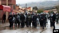La police patrouille dans la rue dans l'ancienne ville minière de Jerada, Maroc, 16 mars 2018.