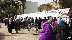 23일 카이로의 투표소 앞에 줄 선 유권자들.