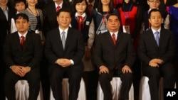 2011年12月22日,中国共青团领导人陆昊(右)和中国副主席习近平同越南共产党、共青团高官合影。