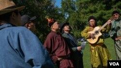 """""""如果哪一天,蒙古的唱调,蒙古的马头琴,蒙古的优美的文化,从历史舞台上消去的时候...你只能听到牡丹歌的声音...你觉得美吗,"""" 蒙古族人宝力徳问道。(美国之音记者文灏拍摄)"""