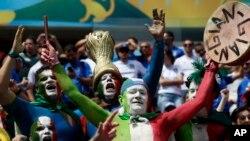 Para suporter tim Italia bersorak mendukung jagoannya dalam pertandingan hari Jumat antara Italia dan Costa Rica di Arena Pernambuco Recife, Brazil (20/6/2014).